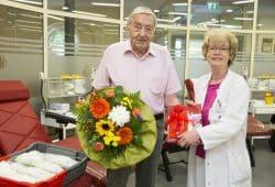 Oberärztin Elvira Edel, kommissarische Leiterin am Institut für Transfusionsmedizin Leipzig, bedankte sich beim 80-jährigen Blutspender Peter Köckeritz für 60 Jahre aktives Blutspenden. Foto: Stefan Straube (UKL)