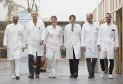 Das Team des Zentrums für minimalinvasive Chirurgie am UKL um Leiterin Prof. Ines Gockel (3.v.l.): Dr. Yusef Moulla, Prof. Arne Dietrich, Prof. Daniel Seehofer, Dr. Boris Jansen-Winkeln, PD Dr. Robert Sucher (v.l.). Foto: Stefan Straube/UKL