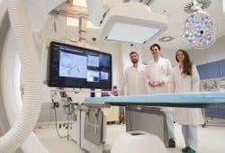 Zertifiziert: OA Dr. Tim-Ole Petersen (Mitte), Leiter der Interventionellen Radiologie, mit seinen Oberarzt-Kollegen Dr. Bettina Maiwald und Dr. Steffen Strocka. Foto: Stefan Straube/UKL