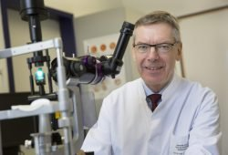 Prof. Peter Wiedemann, Direktor der Klinik und Poliklinik für Augenheilkunde am UKL, ist der zweite Präsident des Weltverbandes der Augenärzte ICO aus Deutschland. Foto: Stefan Straube/UKL