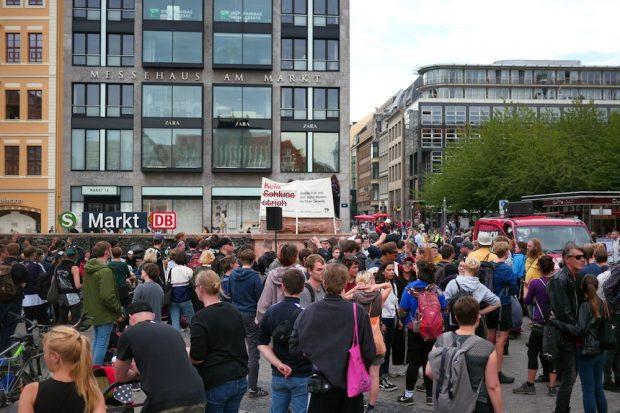 200 bis 300 verfolgten den Livestream und debattierten eher untereinander das Urteil zum NSU in Leipzig. Foto: Luca Kunze