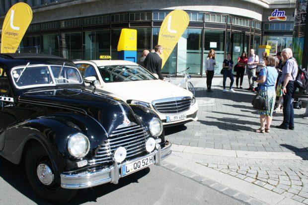 Vor-Ort-Termin mit den Taxis zweier Generationen. Foto: Ralf Julke