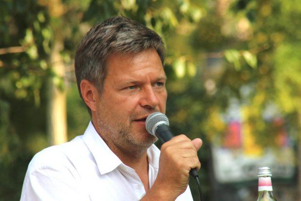 Robert Habeck (hier am 23. Juli 2018 im Lene-Voigt-Park) zu Gast am Schiller in Leipzig. Foto: L-IZ.de