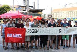 Worum es geht, steht drauf. Die Linke am 31. Juli 2018 auf dem Kleinen Willy-Brandt-Platz gegen steigende Fahrpreise. Foto: Michael Freitag