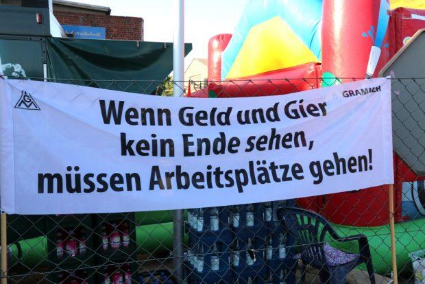 Am Tag des Sommerfestes bei Halberg Guss - am rechten Rand das Zeichen vom ehem. Übernahmekandidaten Grammer. Foto: Michael Freitag