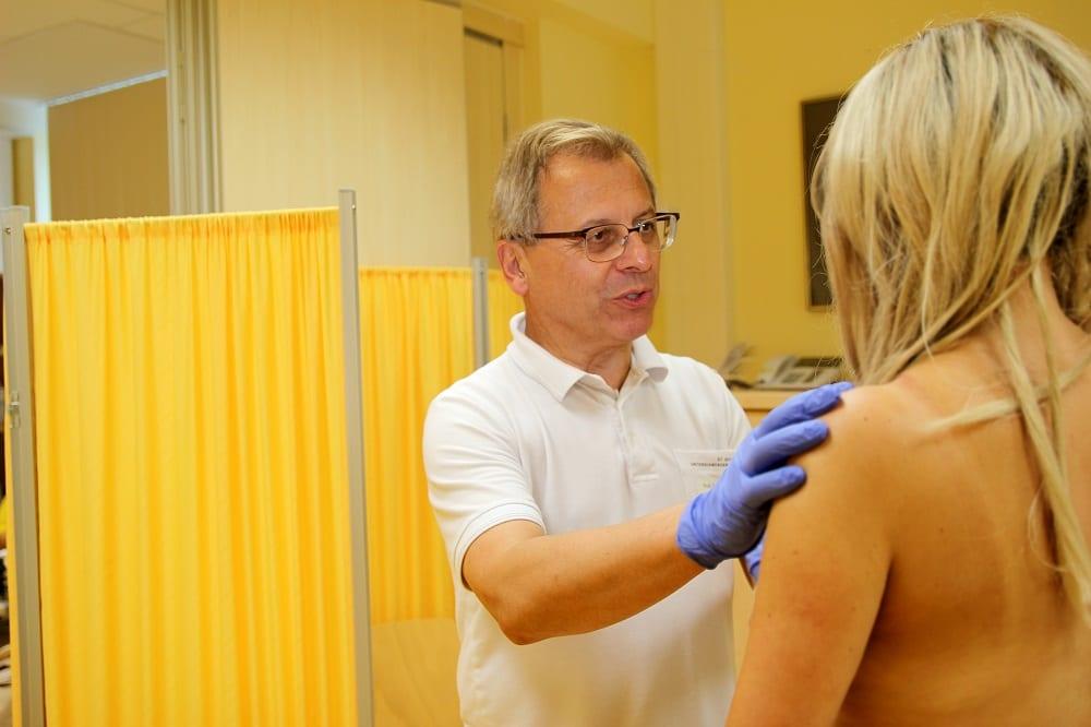 Chefarzt Prof. Uwe Köhler bei der Untersuchung einer Patientin, Foto: Klinikum St. Georg