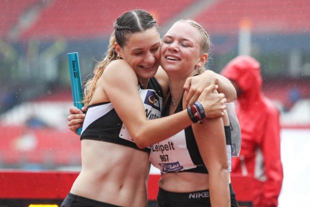 Laura Winter (li.) und Jennifer Leipelt freuen sich über eine gute Leistung ihrer DHfK-Staffel. Foto: Jan Kaefer