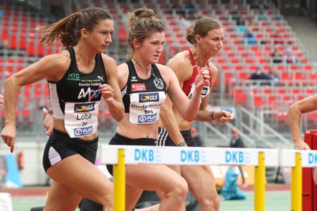 Annika Niedermayer (DHfK/ m.) misst sich im Vorlauf über 100 Meter Hürden mit ihren Idolen. Foto: Jan Kaefer