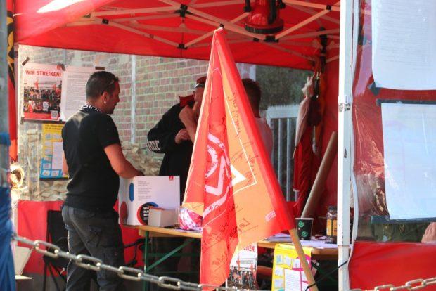 Debatten am Stand der IG Metall - gehen oder bleiben - veiel Mitarbeiter sind gesuchte Fachkräfte. Foto: Michael Freitag