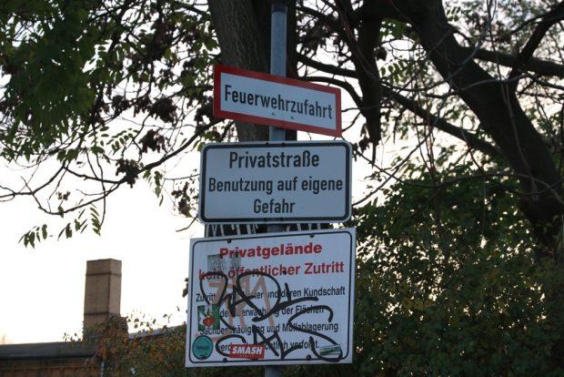 Die Tonart ist schon länger verschärft. Die ZUfahrt an der Theresienstraße mit entsprechenden Schildern. Foto: L-IZ.de