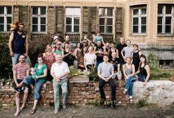 Die Gemeinschaft der GOASE mit Hoppel im Hintergrund. Foto: GOASE e.V.