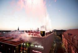 Ein Feuerwerk steigert die Spannung bevor die Schriftzüge endlich erleuchten. Foto: Höfe am Brühl