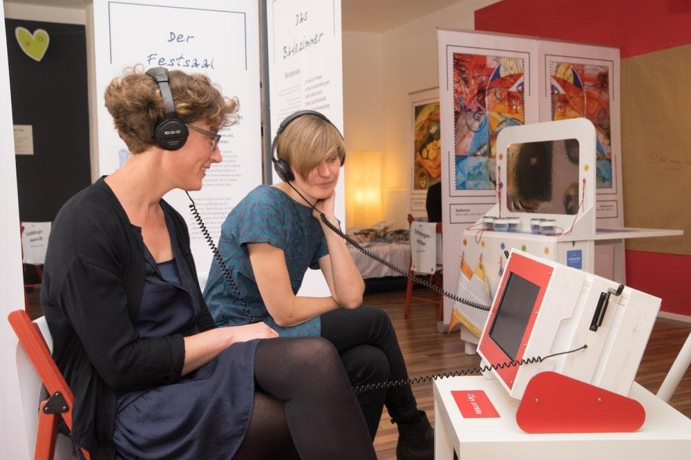 """Geschichtenstation in der Ausstellung """"Liebe Liebe"""". Foto: UNIKATUM/Roland Kersting"""