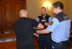 Karim S. (27) in Handschellen, hier beim Prozessauftakt Anfang Juni. Foto: Lucas Böhme