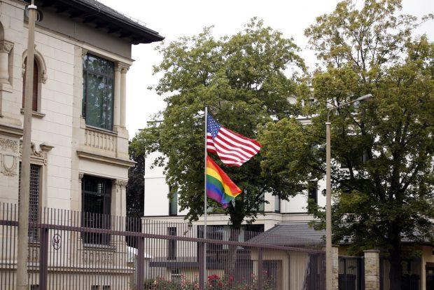 Regenbogenflagge am US-Konsulat. Foto: Alexander Böhm