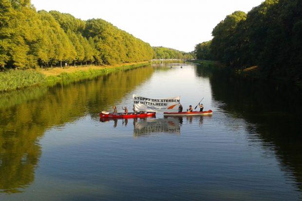 """Aktion nahe der Sachsenbrücke im Vorfeld der """"Seebrücke""""-Demo am Samstag. Foto: René Loch"""