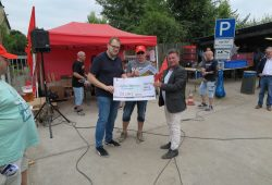500 Euro für die Streikkasse von Halberg-Guss. Foto: Die Linke