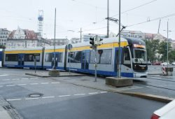 Linie 16 legt sich in die Gleiskurve Richtung Kurt-Schumacher-Straße. Foto: Ralf Julke