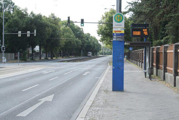 Haltestelle Südfriedhof: Zwischen Haltestellenschild und Wartehäuschen sollen sich Radfahrer irgendwie durchschlängeln. Foto: Ralf Julke