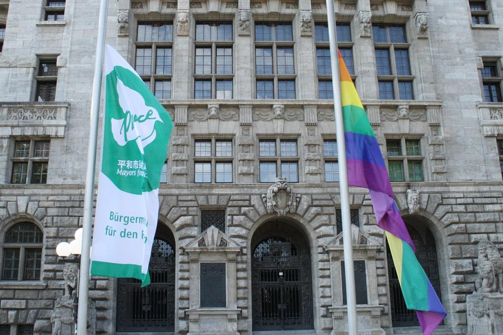 """2017 zusammen mit der Flagge """"Mayors for Peace"""" gehisst: die Regenbogenflagge. Foto: Ralf Julke"""