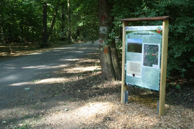 Erläuterungstafel zum Waldgebiet Nonne. Foto: Ralf Julke