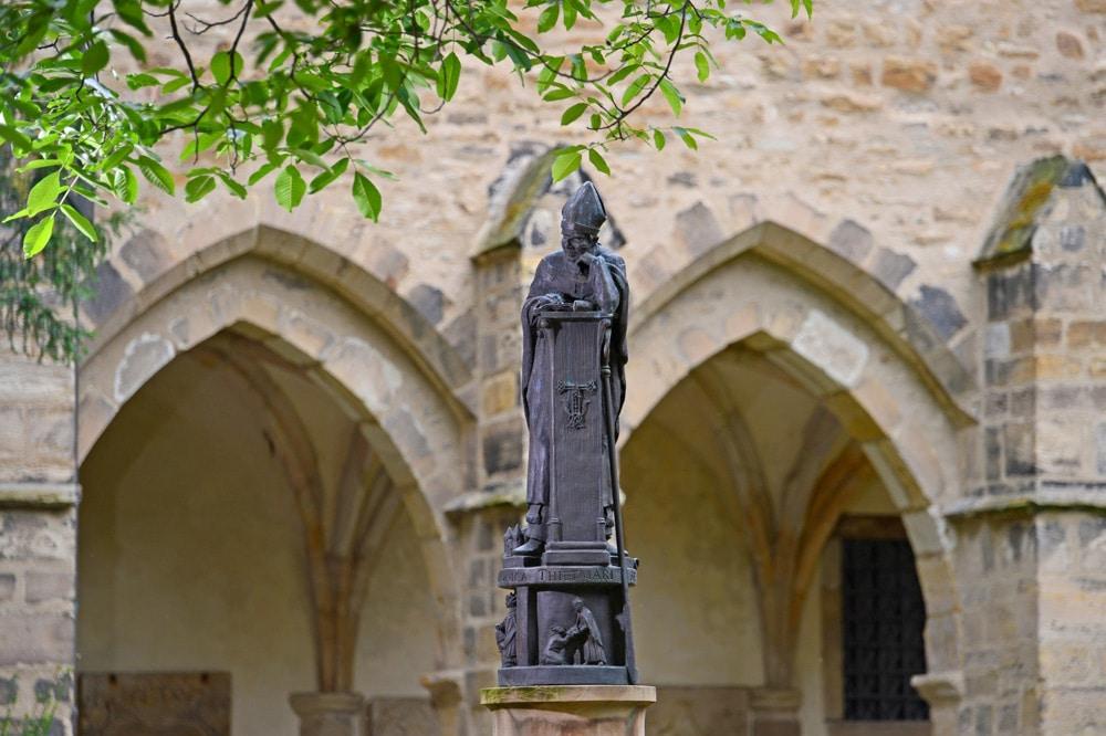 Thietmar-Brunnenfigur im Kreuzhof des Merseburger Doms. Foto: Vereinigte Domstifter, F. Matte