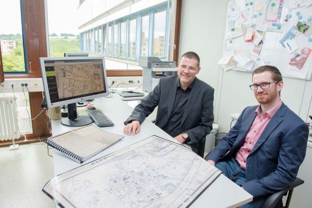 Prof. Dr. Stephan Laux (links) und Matthias Schneider mit den Armenlisten von 1832 und dem um 1845 entstandenen Stadtplan. Foto: Uni Trier