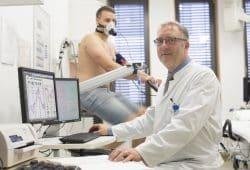 Prof. Hans-Jürgen Seyfarth, Leitender Oberarzt der Abteilung Pneumologie und Experte für die Behandlung von Lungenhochdruck, bei einer Spiroergometrie. Mit Hilfe dieses Verfahrens können Probleme an Lungengefäßen gut festgestellt werden. Foto: Stefan Straube/UKL