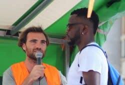 Hénry berichtete am 4. August von seinen Erlebnissen in Libyen und Italien (Übersetzer am Mikro). Foto: L-IZ.de