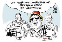 Karikatur von Schwarwel zum Stand 18. August 2018. Der Ministerpräsident Kretschmer stellt sich hinter seine Polizei. Karikatur: Schwarwel.de