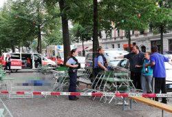 Alkoholisierte Passanten legen sich mit Polizisten an. Im Hintergrund liegt der Verstorbene auf dem Gehweg. Foto: Martin Schöler