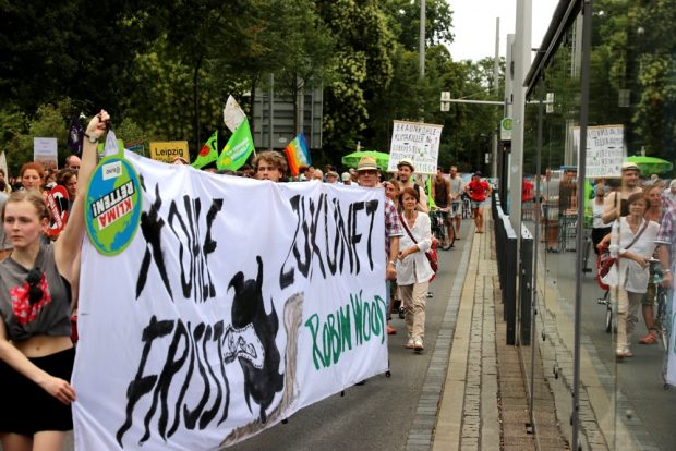Das Wort Zukunft löst bei manchen ja regelrechten Schrecken aus. Hier möchte man gern ohne Braunkohle leben. Klimacamp-Demo am 28. Juli 2018. Foto: Michael Freitag