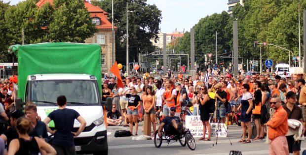 """Am 4. August 2018 fanden sich knapp 2.000 Teilnehmer bei der """"Seebrücke""""-Demo auf dem Leipziger Simsonplatz ein. Foto: L-IZ.de"""