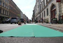 """Der Teppich wird ausgerollt. Aufbau der """"Protected Bikelane"""". Foto: Michael Freitag"""