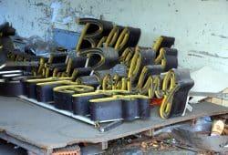 Das Bowlingcenter ist seit Jahren verlassen. Der alte Schriftzug lag jahrelang einfach herum (2016). Foto: L-IZ.de