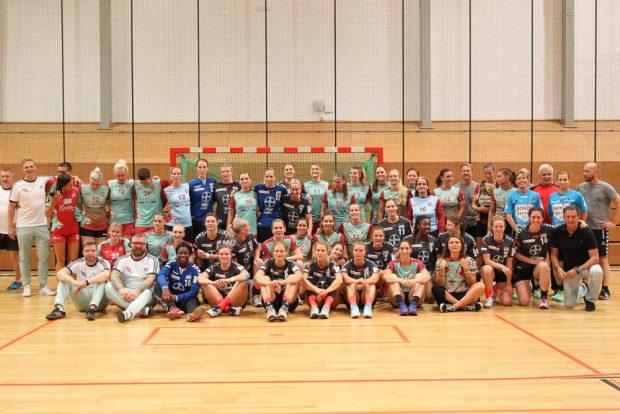 Handballfamilie: Die Teams von Bayer Leverkusen, den Leipziger Amazonen und einstigen Wegbegleitern. Foto: Jan Kaefer