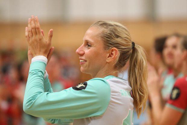 """Katja Kramarczyk bedankt sich bei den fast 500 Handballfans, die den Weg in die """"Brüderhölle"""" gefunden hatten. Foto: Jan Kaefer"""