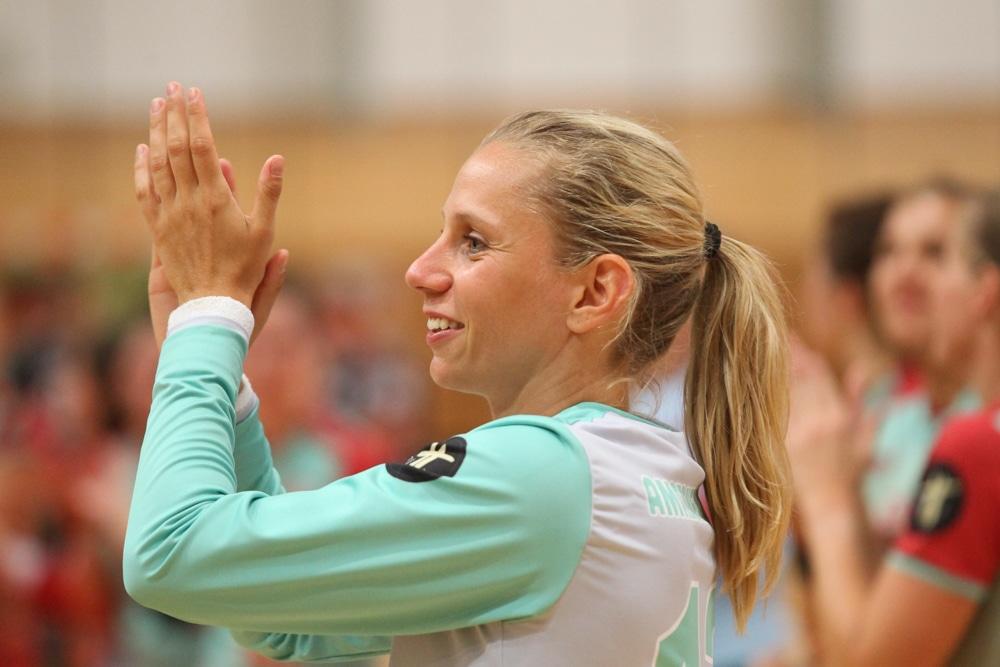 Katja Kramarczyk bedankt sich bei den fast 500 Handballfans, die den Weg in die