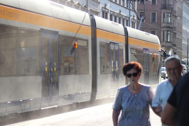 Ein LVB-Fahrer gibt eine Meinung in der Jahnallee mal per Dreckausstoß kund. Foto: L-IZ.de
