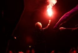 Ein Licht entzünden auf dem 4. Brückenfest (Auftritt von Mono & Nikitaman gemeinsam mit Frontmann Mal Élevé von Irie Révoltés). Foto: L-IZ.de