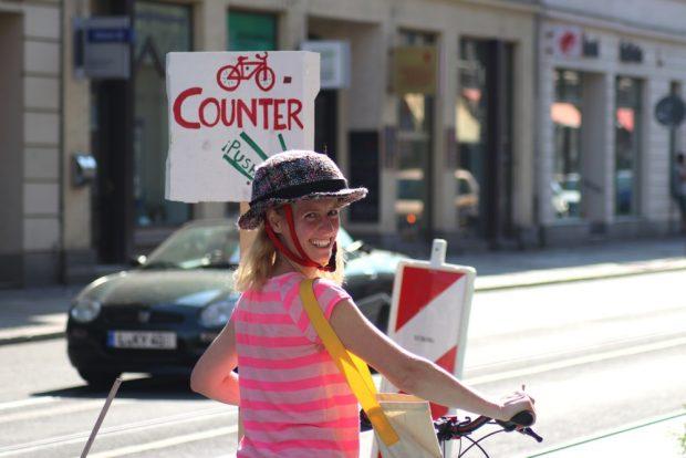 Franziska Riekewald (Linke) ist auch Anwohnerin der Jahnallee und fuhr heute auch mal auf dem selbst errichteten Radweg. Foto: Michel Freitag