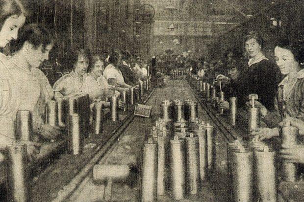 Frauen inspizieren fertige Kartuschen auf einem Fließband. Foto: The War Budget Magazin, gemeinfrei