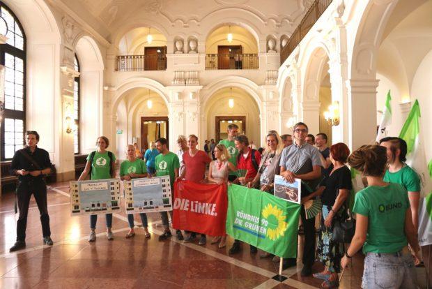 Linke und Grüne warteten gemeinsam mit Petitent Volker Holzendorf im August 2018 auf den OBM um 5.700 Unterschriften für Radwege auf der Jahnallee zu übergeben. Foto: L-IZ.de
