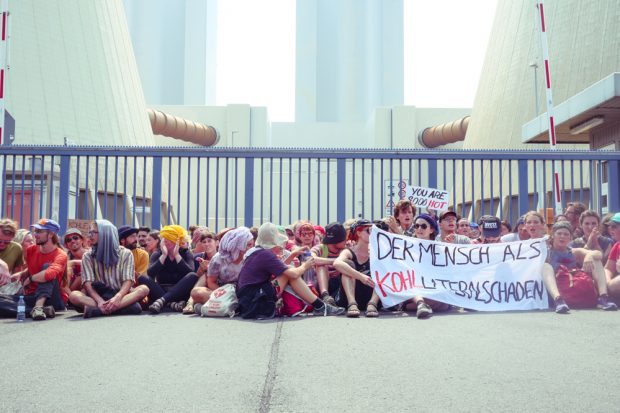 Die kleine Blockade am Werkstor des Kohlekraftwerkes Lippendorf. Foto: Luca Kunze