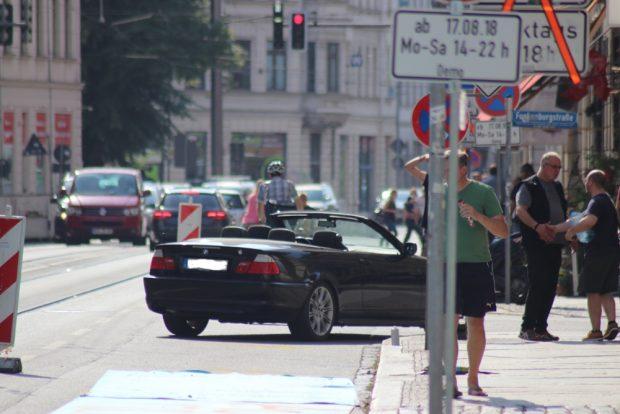 Merkwürdiger Protest. Der Fahrer stellte das Auto auf dem Radweg ab und ging - gerade noch rechtzeitig vor dem Abschleppdienst kam er wieder. Foto: Michael Freitag