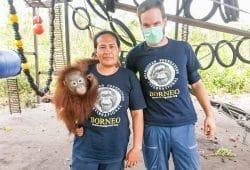 Orang-Utan-Schützling Benjamin mit Pflegerin Ibu Yeti und Schauspieler Wanja Mues in der Auffangstation von Pasir Panjang, Borneo, Foto: J. Mues