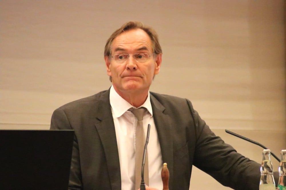 Fragestunde an den OBM: Leipzigs Oberbürgermeister Burkhard Jung im Stadtrat. Foto: L-IZ.de