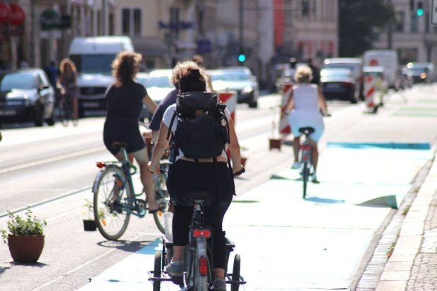 Radverkehr bei genügend Platz auf der stadtauswärtigen Seite. Foto: Michael Freitag