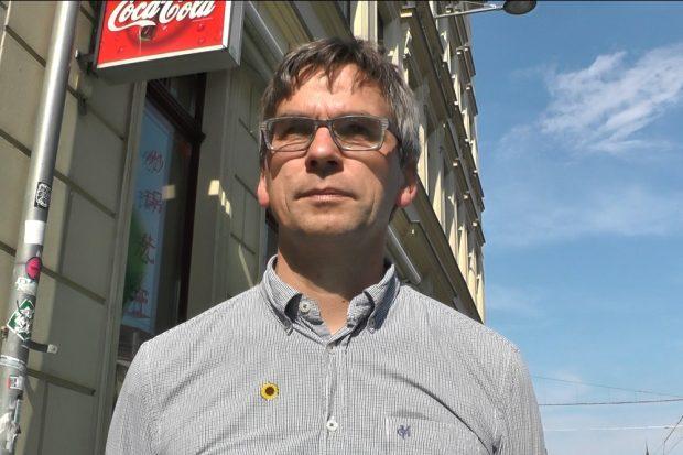 Volker Holzendorf (Grüne) hat eine Petition für sichere Radwege an der inneren Jahnallee gestartet, über 5.000 Menschen haben bereits unterschrieben. Foto: L-IZ.de/Videoscreen