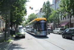 Bornaische Straße mit XL-Straßenbahn. Foto: Ralf Julke